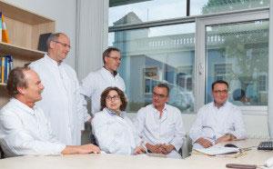 Ein Team von Ärzten bespricht den Fall eines Patienten