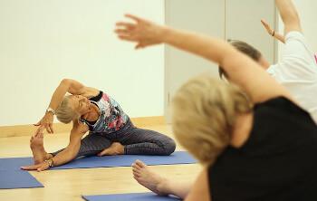 Ältere Menschen machen Gymnastik um die Rehabilitation zu unterstützen