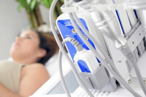 Frau neben Ultraschall Gerät