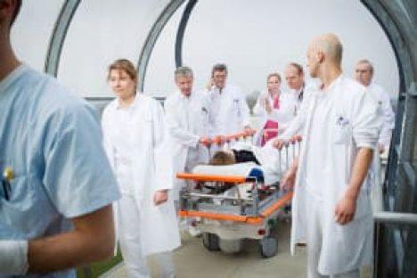 Ärzte schieben einen Notfallpatienten ins Krankenhaus
