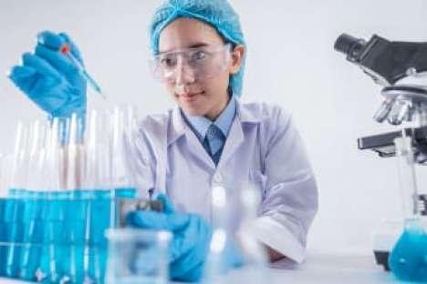 Ein Laborant nutzt eine Pipette und mehrere Reagenzgläser