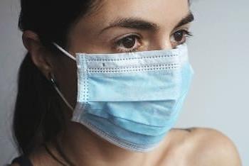 Eine Frau mit Mundschutz